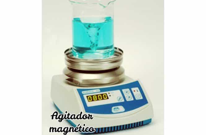 Agitador magnético electrónico, agitando agua de color azul claro