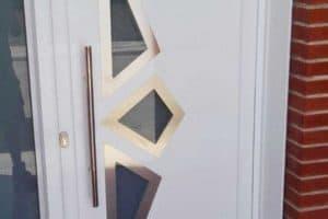 Puerta de aluminio con un panel decorativo