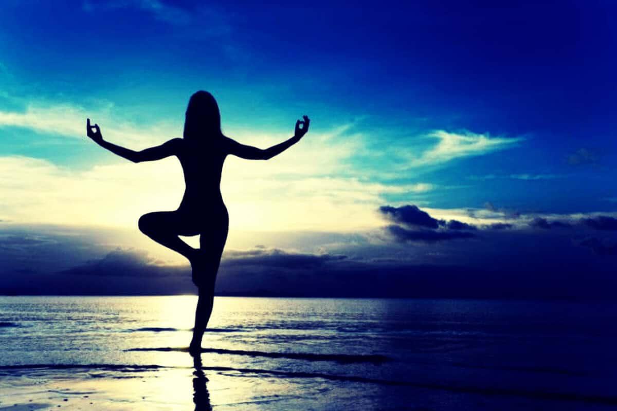 silueta de persona haciendo yoga