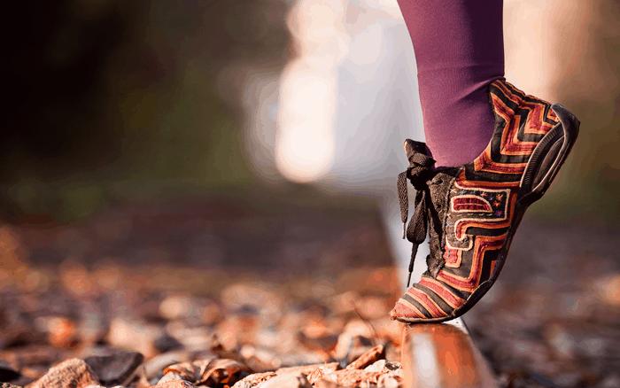 zapatos en a via ferrocarril