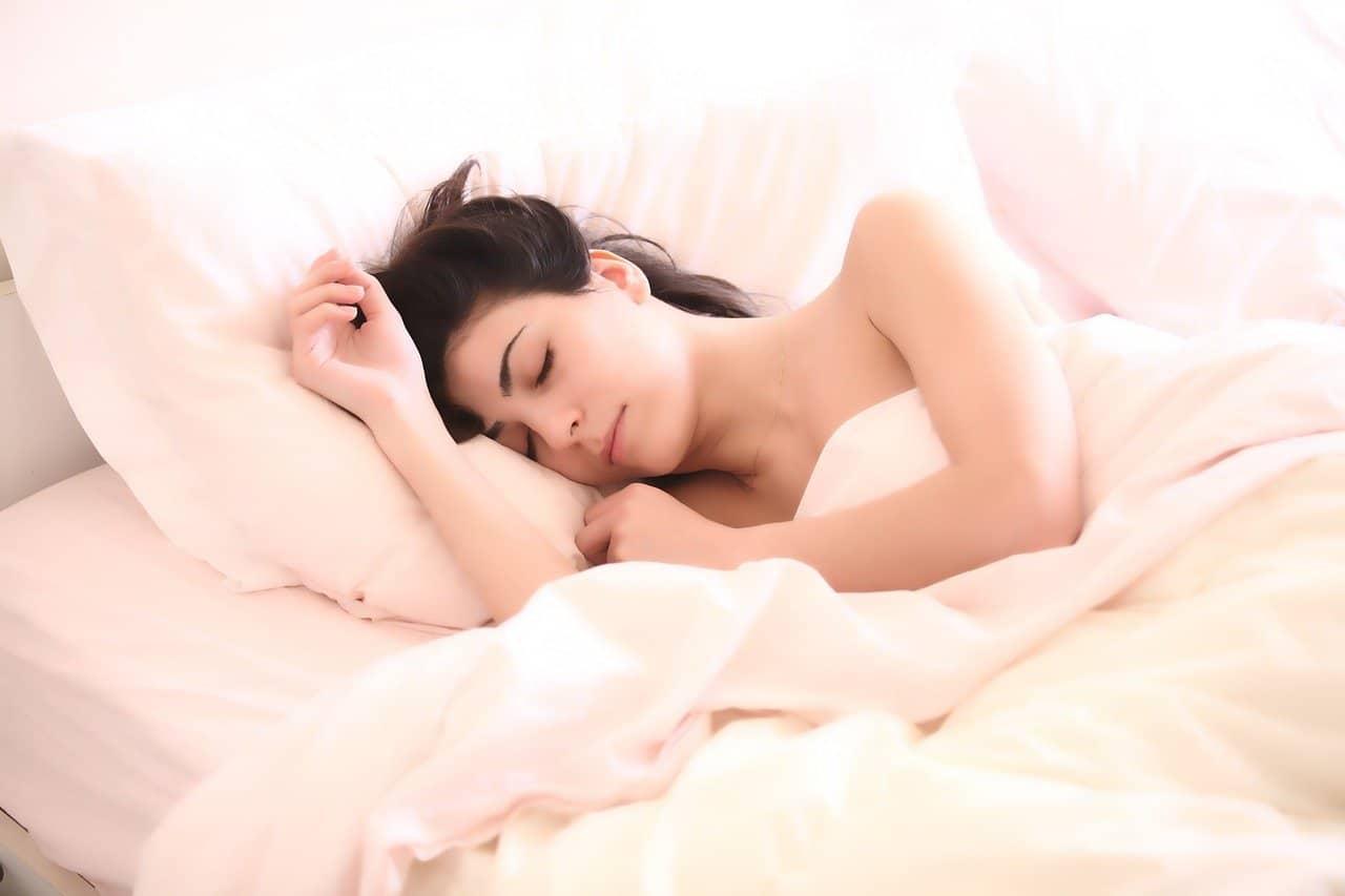 ¿Escuchar música por la noche nos ayuda a dormir?